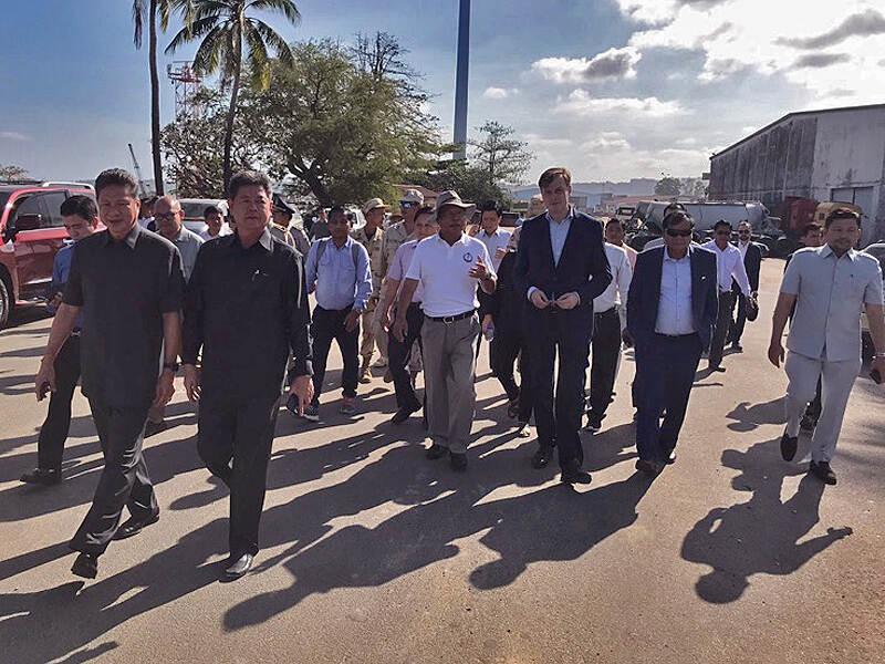 Plaatsvervangend ambassadeur Thomas van Leeuwen in de haven in Cambodja