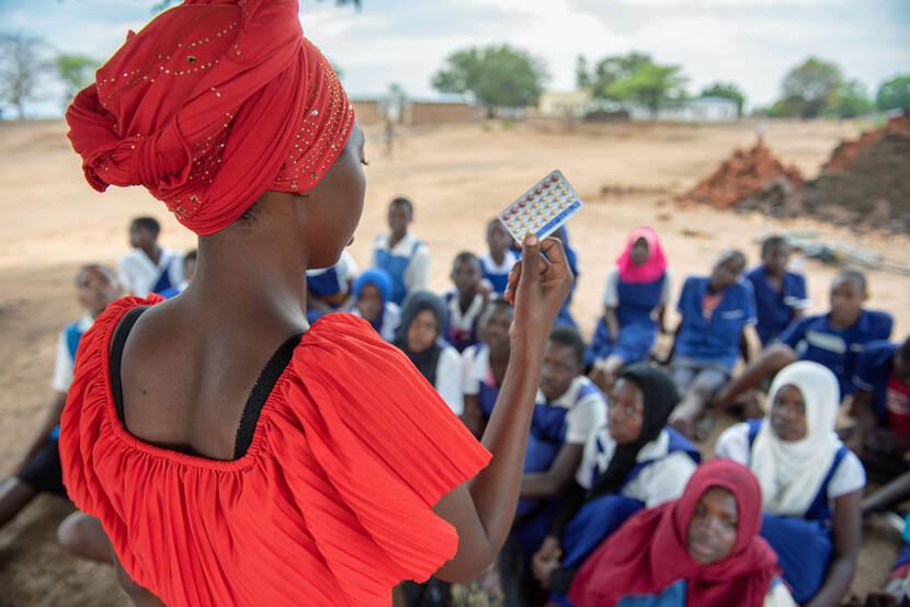 Afrikaanse vrouw met medicijnen in de hand.