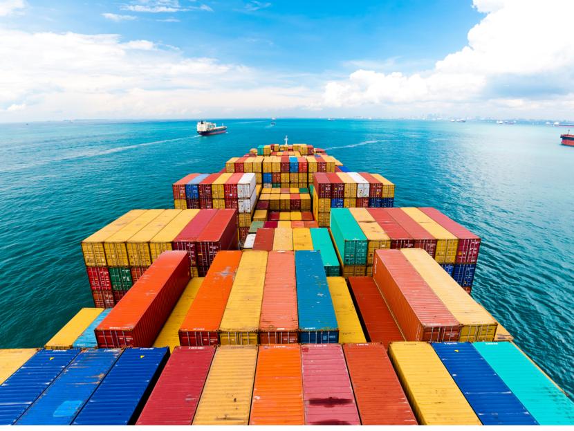 Containers op een schip onderweg naar Maleisië