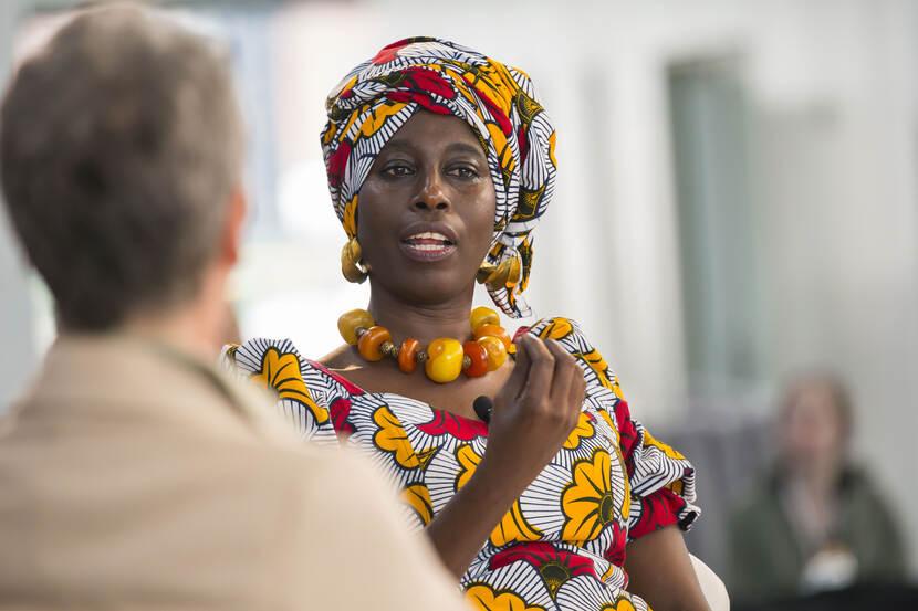 Afrikaanse vrouw in gesprek.