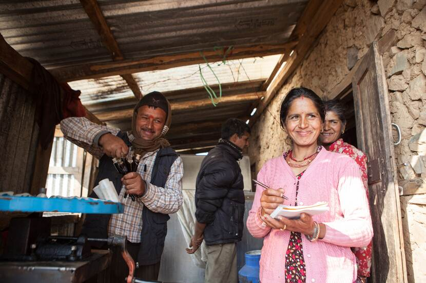 Mina Sanjel uit Nepal in haar zuivelbedrijf.