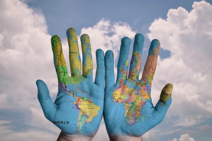 Handen met wereldkaart