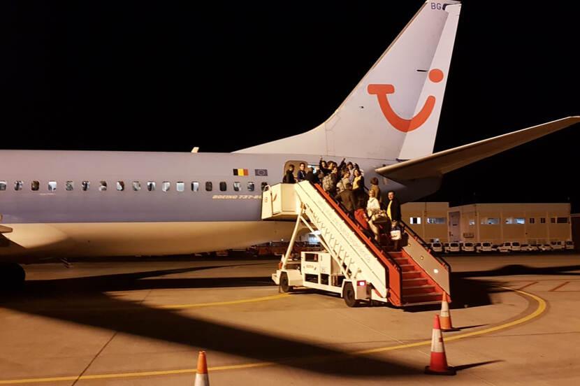 Passagiers gaan aan boord van het vliegtuig